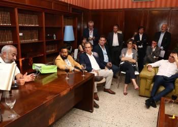 En la foto artistas, periodistas, emprendedores que tuvieron un encuentro con el presidente del gobierno español Pedro Sánchez el pasado 23 de noviembre en La Habana. Foto: Cortesía de la Embajada de España en Cuba.