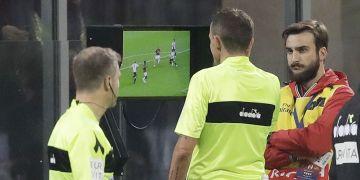 El video arbitraje (VAR) es utilizado en las principales ligas europeas y torneos de la FIFA. (AP Foto/Luca Bruno)