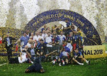 Los jugadores de Francia festejan tras vencer a Croacia en la final de la Copa Mundial en Moscú, el 15 de julio de 2018. (AP Foto/Matthias Schrader)