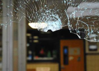 La parte superior de un agujero de bala en la ventana de vidrio a través de la cual Adam Lanza accedió el 14 de diciembre de 2012 a la Escuela Primaria Sandy Hook en Newtown, Connecticut. Foto: Policía de Connecticut.