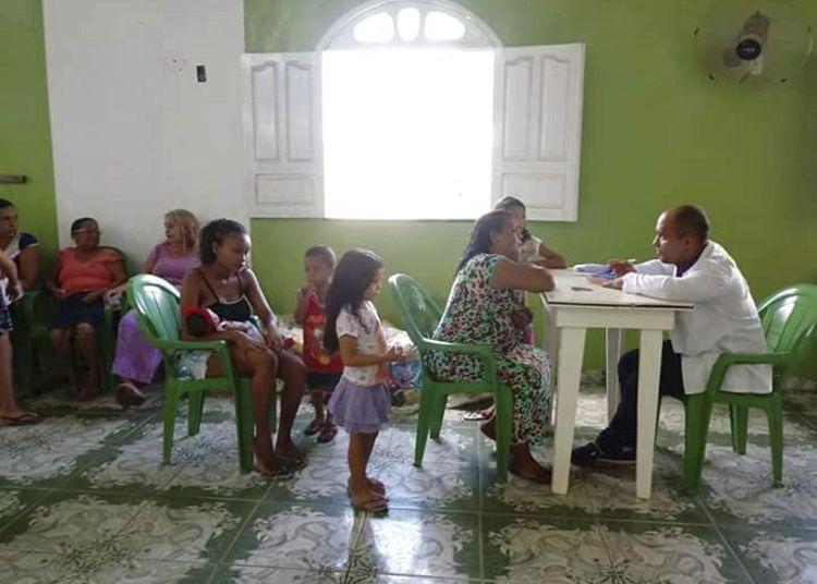 Médico cubano hablando con un paciente brasileño en una iglesia evangélica en la isla Marajo en el estado de Pará, Brasil. Foto: Jarina García a través de AP / Archivo.