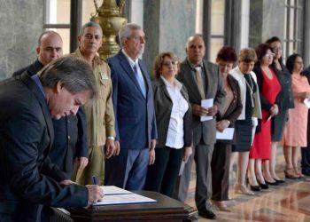 Los miembros de la Comisión Electoral de Cuba firman su compromiso en el Capitolio de La Habana. Foto: parlamentocubano.gob.cu