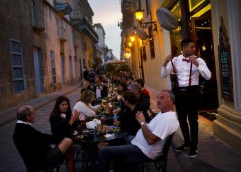 En esta imagen del 31 de enero de 2018, algunos comensales ocupan las mesas al aire libre en un restaurante privado de La Habana, Cuba. (AP Foto/Ramon Espinosa