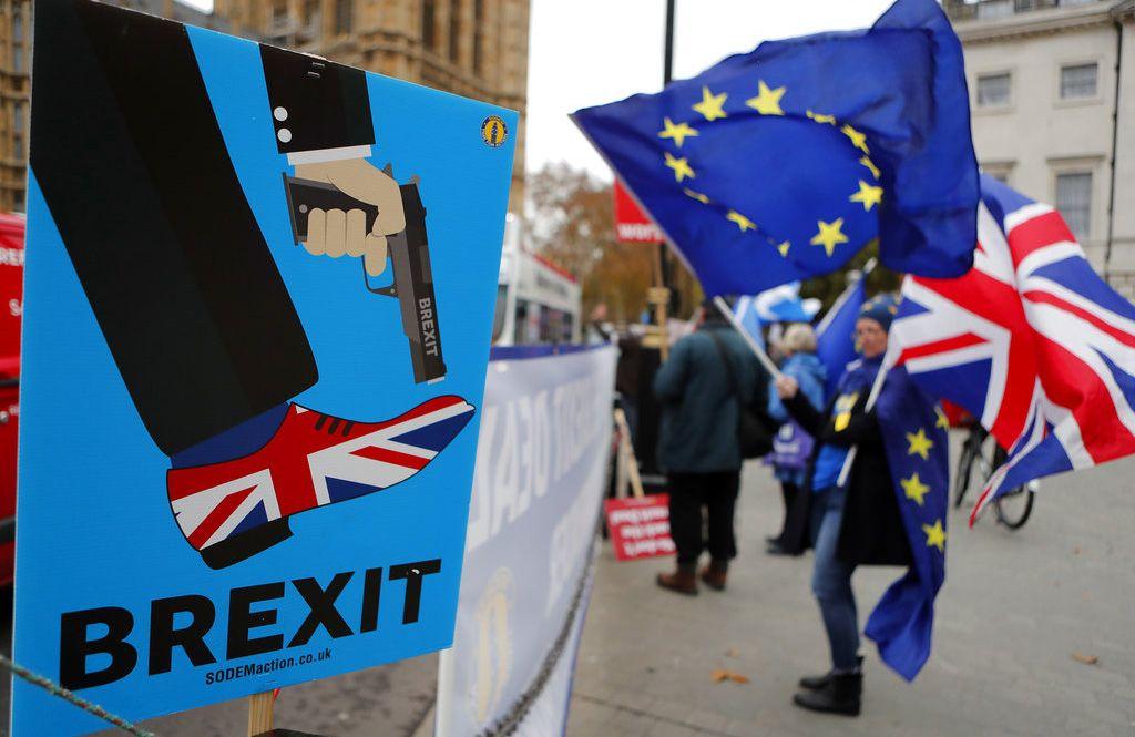 Manifestantes antiBrexit protestan ante el Parlamento británico, en Londres, el 6 de diciembre de 2018. Foto: Frank Augstein / AP.