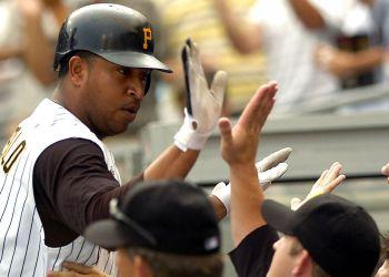 En esta foto del 30 de julio de 2006, José Castillo, quien falleció el 7 de diciembre de 2018 en un accidente de tránsito, es felicitado en la cueva de los Piratas de Pittsburgh por compañeros tras batear un jonrón en el noveno inning ante los Gigantes de San Francisco. Foto: Tom E. Puskar / AP / Archivo.