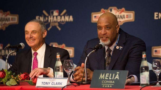 Rob Manfred (izquierda), Comisionado de MLB, y Tony Clark, Director Ejecutivo de la Asociación de Jugadores, están satisfechos por crear una alternativa segura para el flujo de peloteros cubanos rumbo a Estados Unidos. Foto: Getty Images