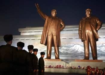 Soldados de Corea del Norte se forman para rendir tributo a las estatuas de bronce de los fallecidos líderes Kim Il Sung y Kim Jong Il en Mansu Hill, en Pyongyang, Corea del Norte, el domingo 16 de diciembre de 2018. Foto: Dita Alangkara / AP.