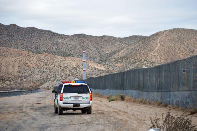 En esta imagen del 4 de enero de 2016, un agente de la Patrulla Fronteriza recorre Sunland Park junto a la frontera entre Estados Unidos y México, limítrofe con Ciudad Juárez. Foto: Russell Contreras / AP.