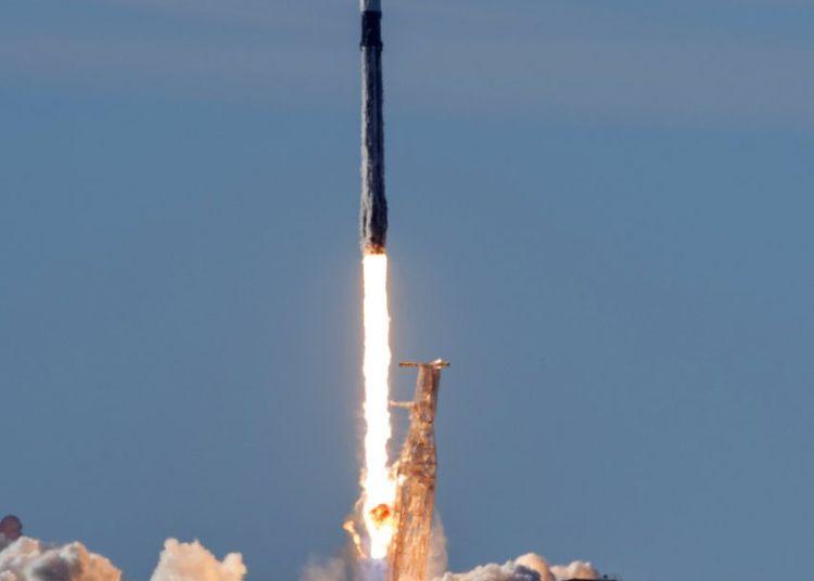 Un cohete SpaceX Falcon 9 lanzado desde la Base Aérea Vandenberg, California el 3 de diciembre de 2018. Foto: Senior Airman Clayton Wear/U.S. Air Force vía AP.