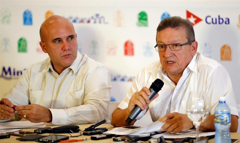 Michel Bernal (i), director comercial de Ministerio del Turismo (MINTUR) de Cuba, y José Daniel (d), director de Desarrollo e Inversiones del Ministerio del Turismo, durante conferencia de prensa. Foto: Ernestro Mastrascusa/EFE.