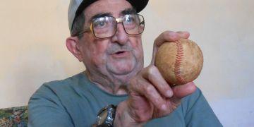 Enrique Collantes no olvida sus mañas con una pelota en la mano. Foto: Oreidis Pimentel