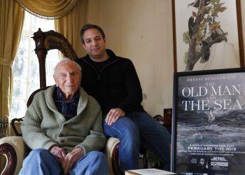 El amigo y biógrafo de Ernest Hemingway A.E. Hotchner, a la izquierda, posa con su hijo Tim Hotchner el martes 22 de enero del 2019 en su casa en Westport, Connecticut. Foto: Kathy Willens / AP.