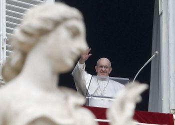 El papa Francisco saluda a los fieles que esperan a la oración del Angelus, desde la ventana de su estudio, con vistas a la Plaza de San Pedro, en el Vaticano, el 20 de enero de 2019. (AP Foto/Andrew Medichini)