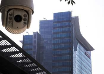 Vista de una cámara de vigilancia instalada cerca de la sede de Huawei en Shenzhen, en la provincia de Guangdong, en el sur de China. Foto: Andy Wong / AP / Archivo.