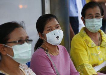 Mujeres con máscaras protectoras esperan en una estación de autobuses en la muy contaminada Bangkok, Tailandia, el lunes 14 de enero de 2019. Foto: Sakchai Lalit / AP.