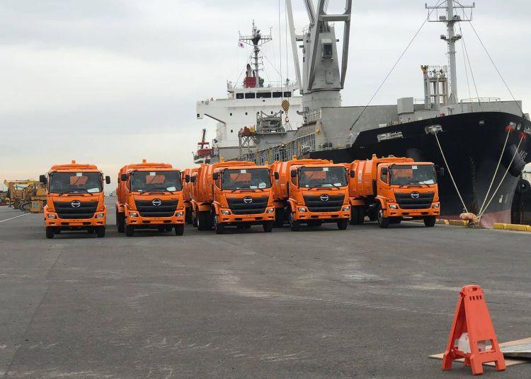 Un primer lote de 24 camiones colectores de basura, donados por Japón a Cuba, partió este martes desde el puerto japonés de Kobe con destino a la capital cubana. Foto: Embajada de Cuba en Japón / Facebook.