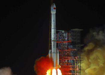 Fotografía facilitada por la Agencia de Noticias Xinhua, del cohete chino que despega con la sonda lunar Chang'e 4 desde el Centro de Lanzamiento de Satélites Xichang en la provincia de Sichuan, suroeste de China, el sábado 8 de diciembre de 2018. Foto: Jiang Hongjing / Xinhua vía AP.
