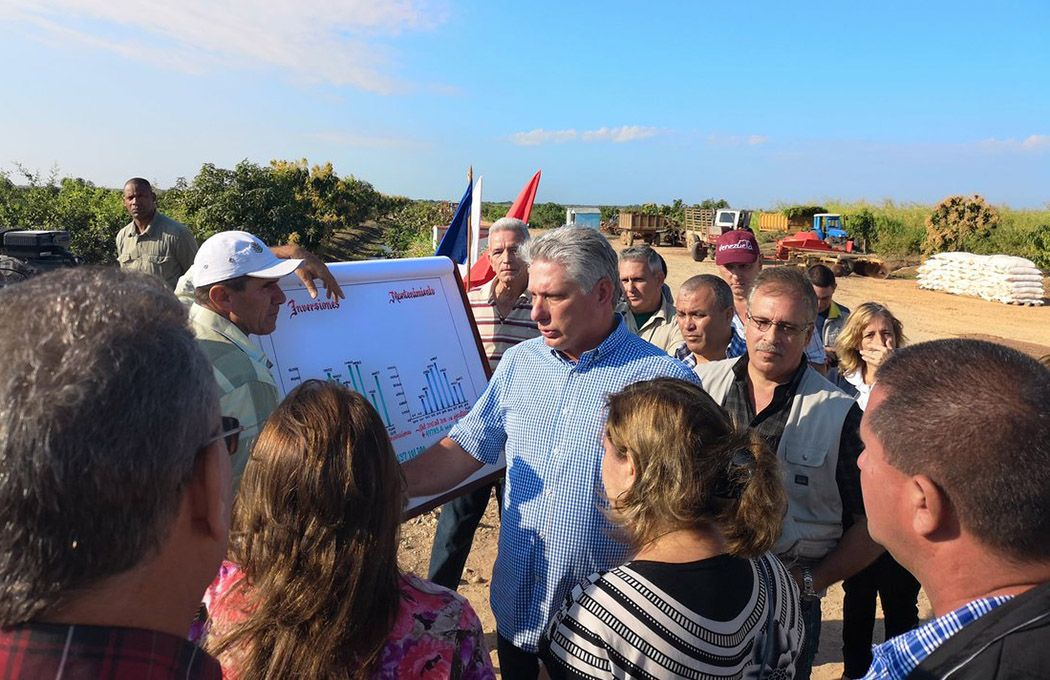 El presidente cubano, Miguel Díaz-Canel (centro) durante un recorrido por la provincia de Sancti Spíritus. Foto: @DiazCanelB / Twitter.