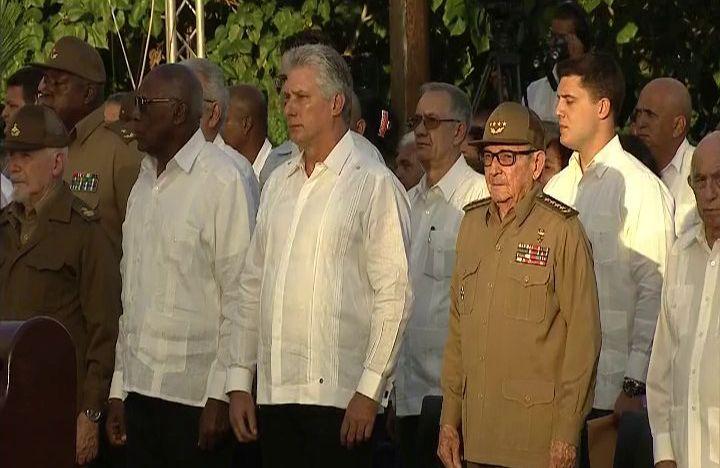 Raúl Castro (2do-d) junto al presidente cubano, Miguel Díaz-Canel (c) y otras autoridades cubanas en el acto por el 60 aniversario de la Revolución Cubana, celebrado en el cementerio Santa Ifigenia, de Santiago de Cuba. Foto: ACN.