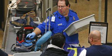 Un empleado de la Administración de Seguridad en el Transporte de Estados Unidos ayuda a los pasajeros en el Aeropuerto Internacional de Salt Lake City, el miércoles 16 de enero de 2019. Foto: Rick Bowmer / AP.