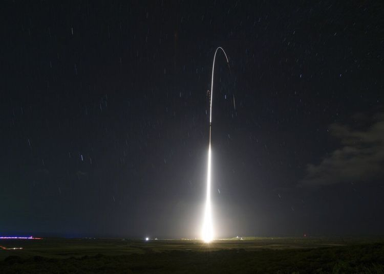 Esta imagen del 10 de diciembre de 2018, proporcionada por la Agencia de Misiles de Defensa de Estados Unidos, muestra el lanzamiento del sistema militar de pruebas de misiles de defensa terrestre Aegis, que posteriormente interceptó un misil balístico de alcance intermedio, desde la isla de Kauai, en Hawai. Foto: Mark Wright / Agencia de Misiles de Defensa vía AP / Archivo.