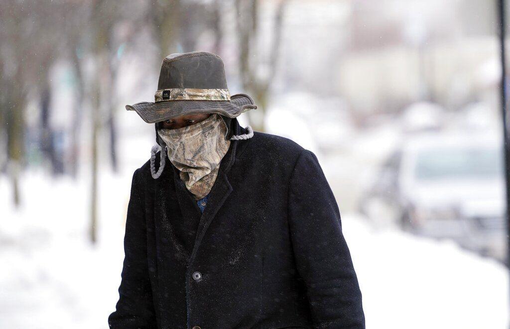 Marvin Hooks utiliza una máscara para protegerse del frío mientras camina en North Street en Pittsfield, Massachusetts, el lunes 21 de enero de 2019. (Ben Garver/The Berkshire Eagle vía AP)