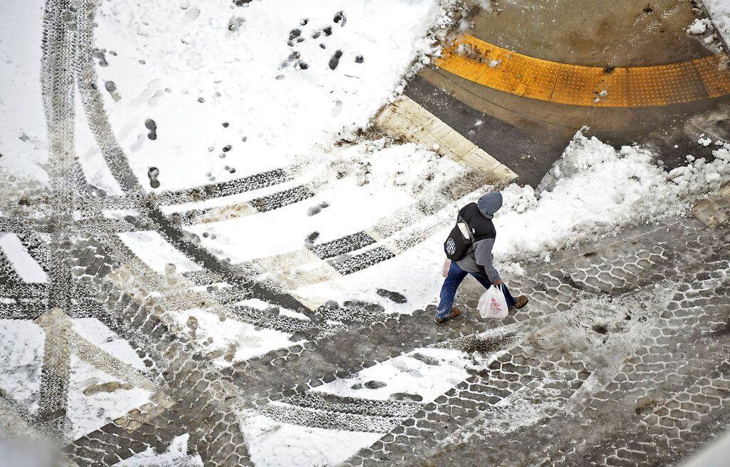 Un peatón cruza una calle en el centro de Scranton, Pensilvania, el domingo, 20 de enero del 2019. Una fuerte tormenta llevó nieve y algunas de las temperaturas más bajas de la temporada a vastas secciones de Estados Unidos el fin de semana, causando condiciones peligrosas en los caminos. (Butch Comegys/The Times-Tribune vía AP)
