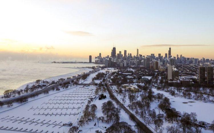 Hielo cubre el área junto al ago Michigan en Chicago el miércoles, 30 de enero del 2019. Las temperaturas se están desplomando en Chicago y las autoridades advirtieron a la gente que evite aventurarse al exterior. (AP Foto/Teresa Crawford)