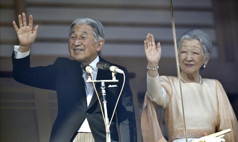 El emperador de Japón, Akihito, saluda desde el balcón del Palacio Imperial durante su tradicional aparición de Año Nuevo, acompañado de su esposa, la emperatriz Michiko, en Tokio, el 2 de enero de 2019. Foto: @ConcentradoNoti / Twitter.