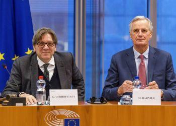 El coordinador del Brexit en el Parlamento Europeo, Guy Verhofstadt (izquierda), y el jefe de los negociadores del bloque, Michel Barnier, en una reunión sobre el Brexit en el Parlamento Europeo, en Bruselas, el 30 de enero de 2019. Foto: Geert Vanden Wijngaert / AP.