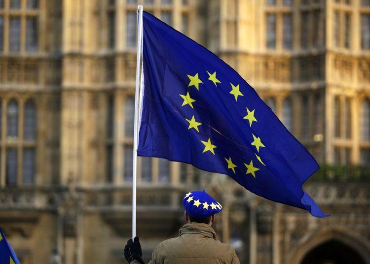 Un manifestante proeuropeo ondea una bandera comunitaria frente al Parlamento británico, el 8 de enero de 2019. Foto: Matt Dunham / AP.