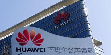 Logotipo de Huawei en un centro de investigaciones y desarrollo de la empresa en Dongguan, en la provincia de Guangdong, en el sur de China. Foto: Andy Wong / AP / File.