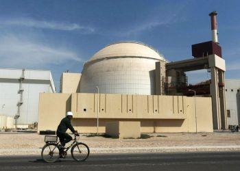 En esta fotografía de 2010, un trabajador pasa en su bicicleta frente a un reactor en la planta nucleoléctrica de Busheher, en las afueras de la ciudad de Busher, en el el sur de Irán. Foto: Mehr News Agency / Majid Asgaripour / AP / Archivo.