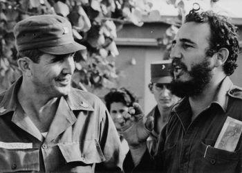 José Ramón Fernández (izq) junto a Fidel Castro, en los primeros años de la Revolución Cubana. Foto: Liborio Noval / Granma / Archivo.