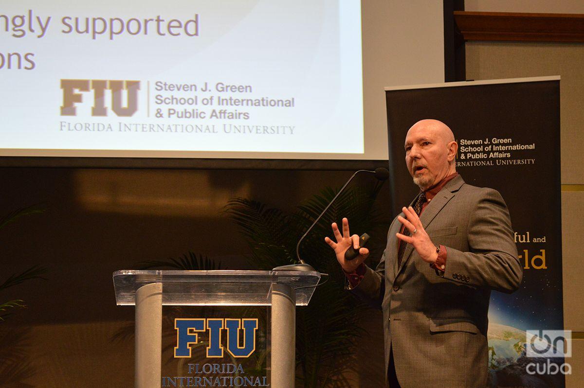 El Doctor Guillermo Grenier, durante la presentación de la encuesta sobre Cuba en FIU este jueves 10 de enero de 2018. Foto: Marita Pérez Díaz.