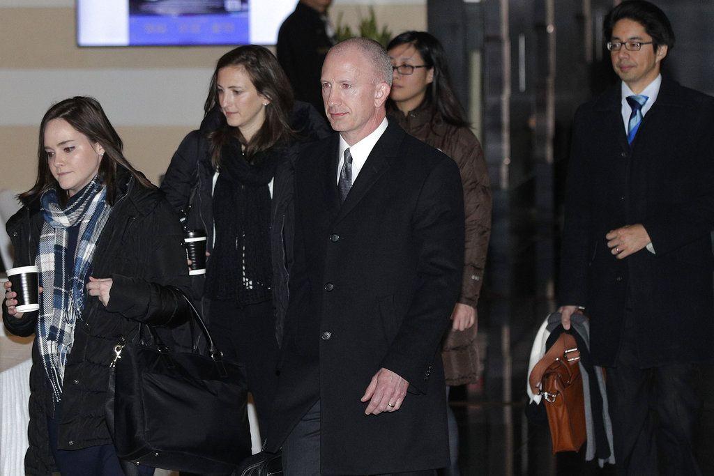 Jeffrey D. Gerrish, adjunto del representante comercial de Estados Unidos (al centro) y miembros de su delegación parten del hotel Westin de Beijing, el lunes 7 de enero de 2019. Foto: Andy Wong / AP.