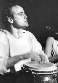 Marlon Brando tocando la tumbadora.