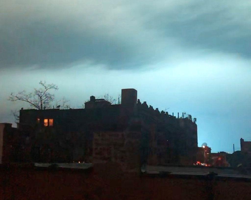 En esta imagen tomada de un video, una luz azul ilumina el cielo nocturno tras una explosión de un transformador eléctrico en el distrito de Queens en Nueva York, el jueves 27 de diciembre de 2018. (AP Foto/Sophie Rosenbaum)