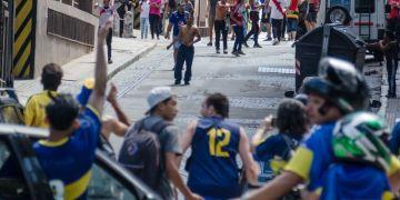 Sábado 24 de noviembre de 2018. Horas antes de que comience la gran final (luego se suspendería), hinchas de Boca Juniors (con las camisetas azules y amarillo) e hinchas de River Plate (con las camisetas rojo y blanco) coinciden en una calle de Buenos Aires y se agreden verbalmente. Foto: Kaloian.