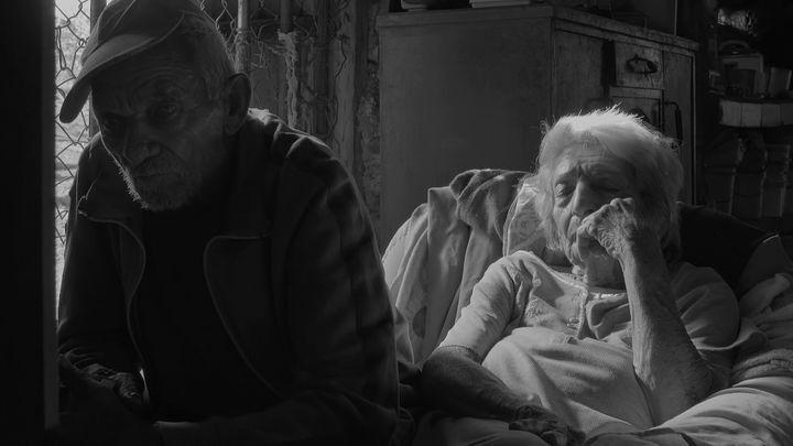 """Tatá y Esperanza. Fotograma de """"Los viejos heraldos""""."""