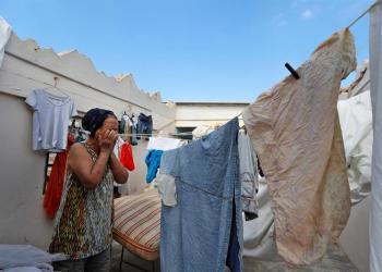 Una mujer llora dentro de su casa en el barrio de Luyanó, en La Habana, que quedó sin techo por causa del tornado sufrido por la capital cubana el 27 de enero de 2019. Foto: Ernesto Mastrascusa / EFE.