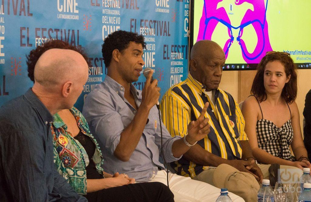 """El bailarín y coreógrafo cubano Carlos Acosta habla en la conferencia de prensa del filme """"Yuli"""", en el 40 Festival Internacional del Nuevo Cine Latinoamericano de La Habana, junto a otros miembros del equipo del película. Foto: Otmaro Rodríguez."""