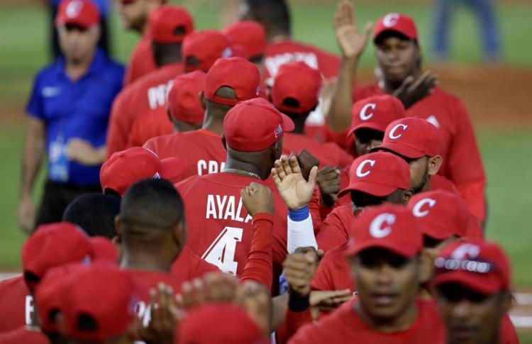 Ganar se ha convertido en una obsesión para el béisbol cubano, y eso solo aumenta la presión sobre los jugadores. Foto: EFE/ Carlos Lemos