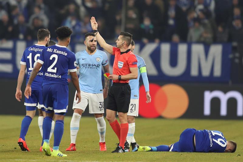 Nicolas Otamendi (c) de Manchester City recibe la tarjeta roja este miércoles, durante un partido por los octavos de final de la Liga de Campeones de la UEFA entre el FC Schalke 04 y el Manchester City, en Gelsenkirchen (Alemania). EFE/Friedemann Vogel