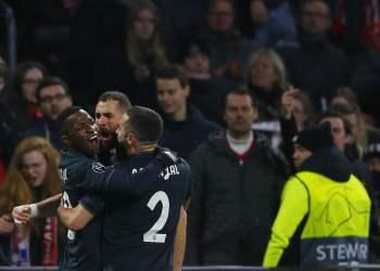 Karim Benzema (centro) festeja con Vinicius Junior (izquierda) y Dani Carvajal tras marcar el primer gol del Real Madrid ante Ajax en la ida de los octavos de final de la Liga de Campeones en Amsterdam, el miércoles 13 de febrero de 2019. (AP Foto/Peter Dejong)