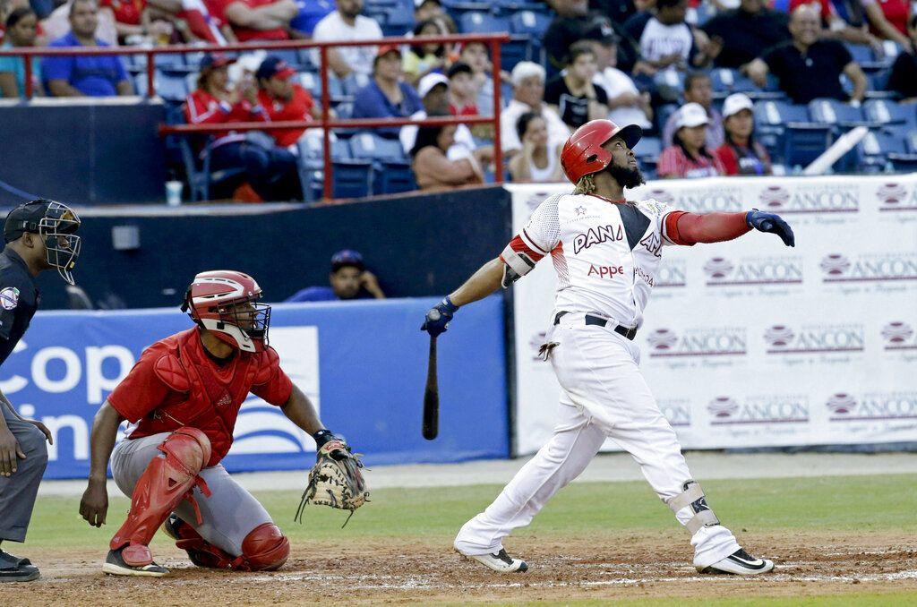 Tras un inicio flojo, Freddy Asiel dominó a la tanda panameña. (AP Foto/Arnulfo Franco)