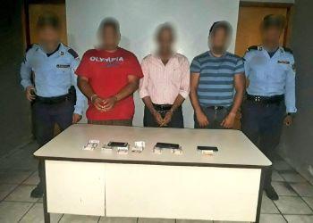 """Agentes de la policía de Honduras junto a """"coyotes"""" capturados en ese país centroamericano mientras transportaban a migrantes de Cuba y la India. Foto: @PoliciaHonduras / Twitter."""