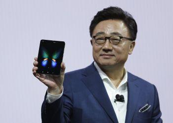 DJ Koh, presidente de Samsung y director general de comunicaciones, sostiene el nuevo teléfono de la compañía, el Galaxy Fold, durante un evento el miércoles 20 de febrero de 2019, en San Francisco. Foto: Eric Risberg / AP.