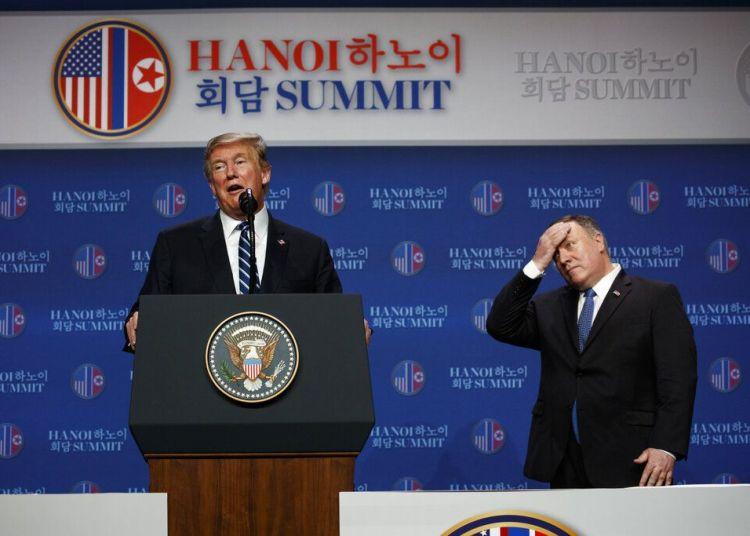 El presidente Donald Trump ofrece una conferencia de prensa acompañado por el secretario de Estado, Mike Pompeo, tras una cumbre con el líder de Corea del Norte, Kim Jong Un, el 28 de febrero de 2019, en Hanói, Vietnam. Foto: Evan Vucci / AP.