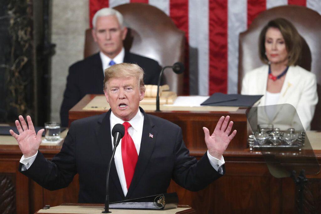El presidente Donald Trump pronuncia su discurso sobre el Estado de la Unión ante una sesión conjunta del Congreso en el Capitolio en Washington, el martes 5 de febrero de 2019. Atrás, a la izquierda, se encuentra el vicepresidente Mike Pence, y a la derecha la presidenta de la Cámara de Representantes, la demócrata Nancy Pelosi. (AP Foto/Andrew Harnik)